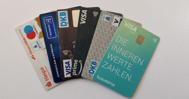 Beitragsbild_verschiedene_Kreditkarten_und_Debitkarten